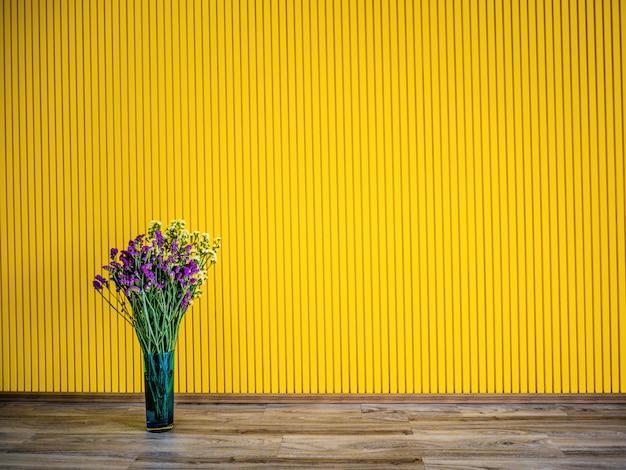 Tło wiosna z bukietem fioletowych kwiatów