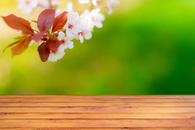 Tło wiosna z drewnianym stołem