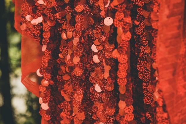 Tło włókienniczych czerwone cekiny. brokatowa tkanina. czerwone tło
