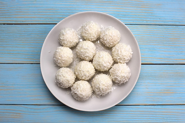 Tło z białych słodkich kulek z płatkami kokosowymi