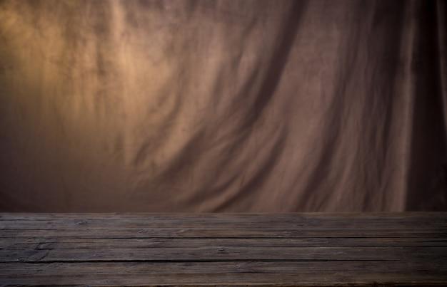 Tło z brązowej tkaniny i drewniany stół