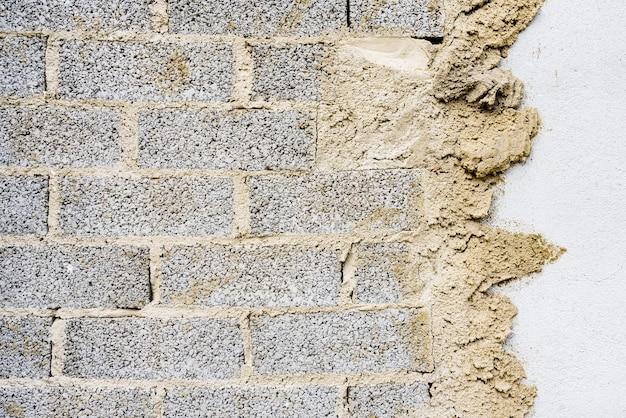 Tło z cegieł przyklejonych do ściany za pomocą cementu, tekstura do tworzenia pustych projektów