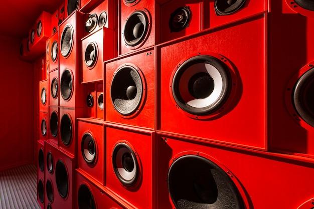 Tło z czerwonymi głośnikami na całej ścianie
