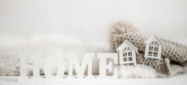 Tło z drewnianym domu napis. ozdobne litery tworzące słowo home.