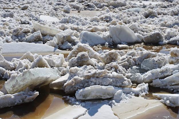 Tło z dryfującym lodem na rzece