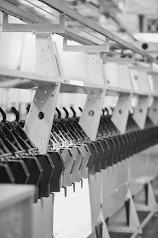 Tło z dzianiny fabryka tekstyliów na linii produkcyjnej przędzenia