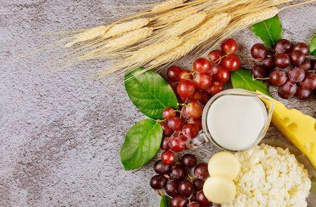 Tło z jedzeniem i pszenicą dla szawuot