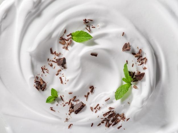 Tło z jogurtem i świeżą miętą i mleczną czekoladą koncepcja projektu opakowania
