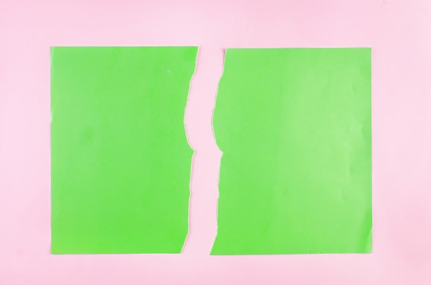 Tło z kawałkami rozdarty zielony papier