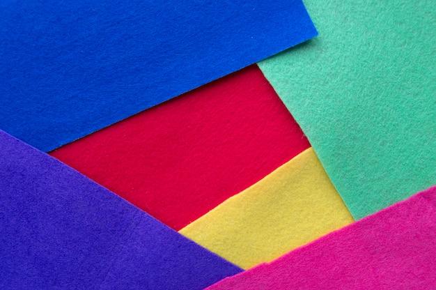 Tło z kilkoma warstwami tkaniny w różnych kolorach. żółty, czerwony, niebieski, zielony, fioletowy i różowy.