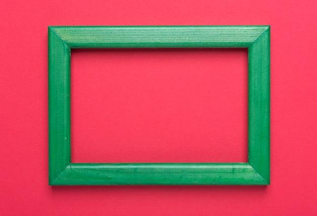 Tło z miejscem na tekst w kolorze czerwonym z zieloną ramką.