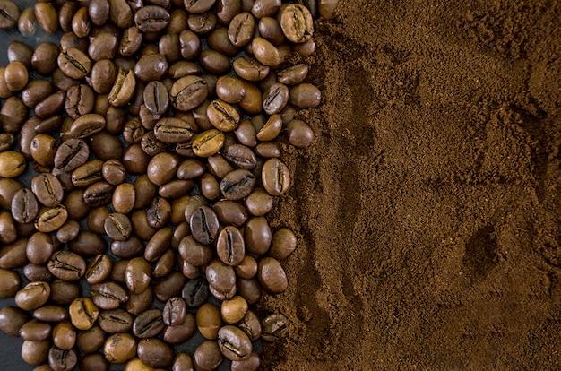 Tło z mieloną kawą i ziarnami kawy
