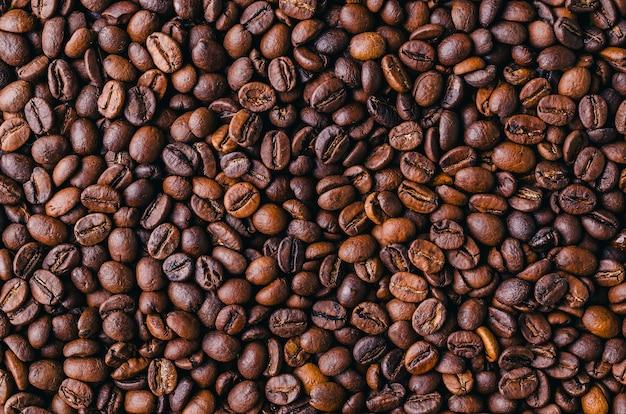 Tło z palonych, świeżych, brązowych ziaren kawy - idealne na fajną tapetę