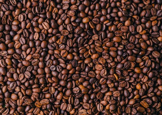Tło z palonych świeżych, brązowych ziaren kawy - idealne na fajną tapetę