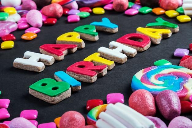 Tło z różnych słodyczy, lizaków, gumy do żucia, candie