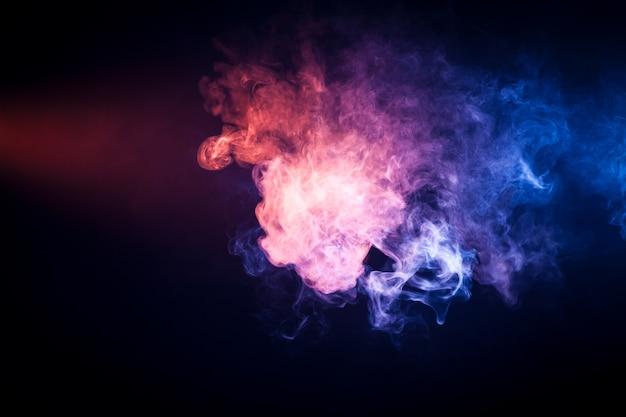 Tło z różowego i niebieskiego dymu vape na czarno na białym tle