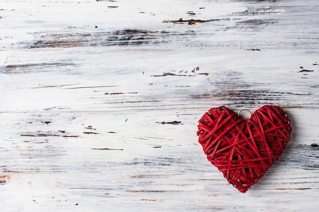 Tło z sercami, walentynka. walentynki. miłość. wiklinowe serca. miejsce na tekst. tło kopii przestrzeni