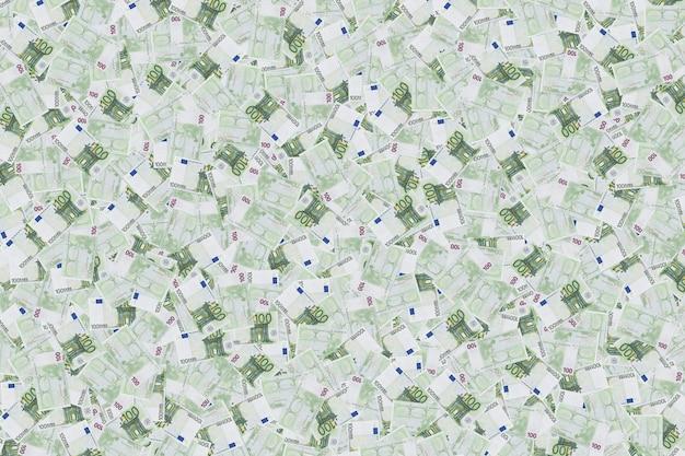 Tło z setek euro. zdjęcie tła. tło banknotów w 100 euro. tekstura pieniędzy. waluta europejska. bogactwo milionera.