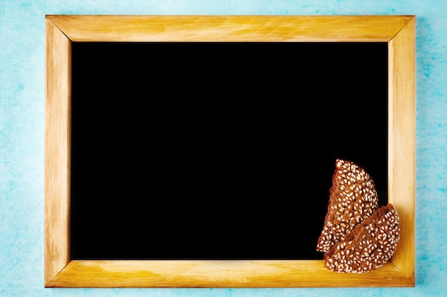 Tło z tablicy kredą w drewnianej ramie