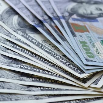 Tło z wieluset banknotów dolarowych z bliska