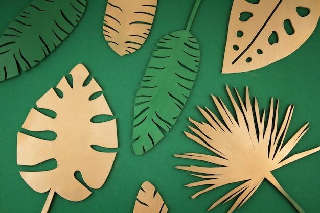 Tło z złotymi tropikalnymi liśćmi