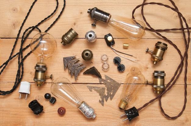 Tło zabytkowych akcesoriów i lamp edison.