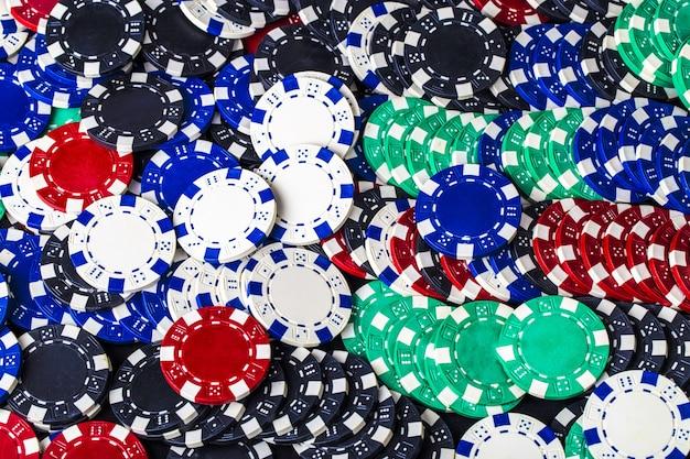 Tło zestaw kolorowych żetonów do gry w pokera