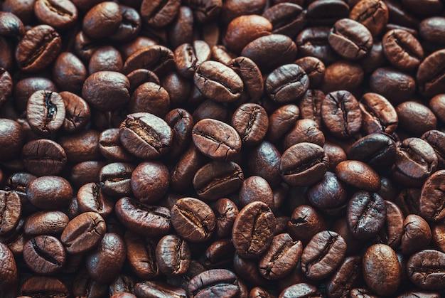 Tło ziaren kawy, ciemny i jasnobrązowy palonych ziaren kawy zbliżenie