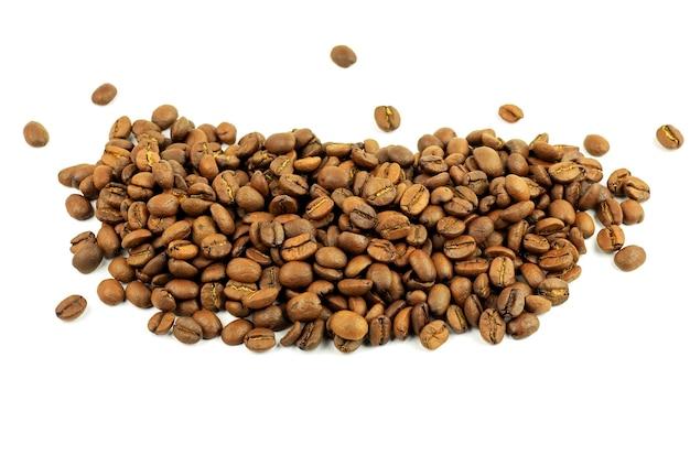 Tło ziaren kawy na białym tle