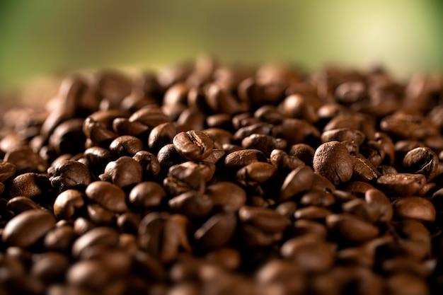 Tło ziaren kawy. ścieśniać. selektywna ostrość