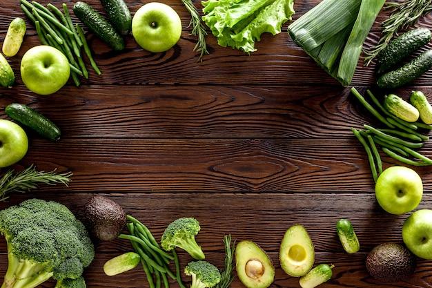 Tło zielone warzywa na ciemnym drewnianym