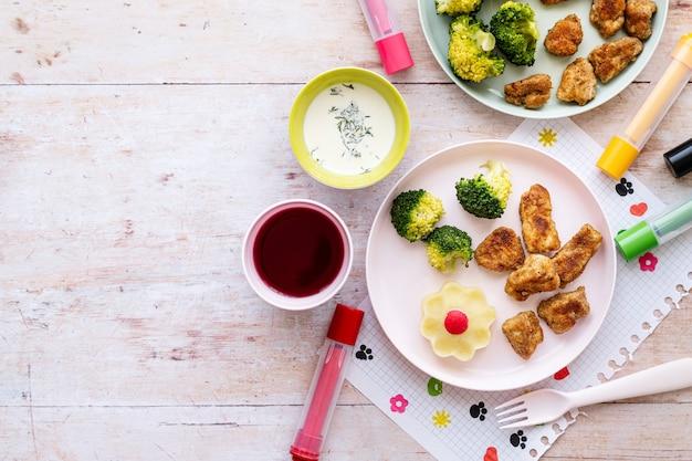 Tło żywności dla dzieci, nuggetsy z kurczaka i brokuły