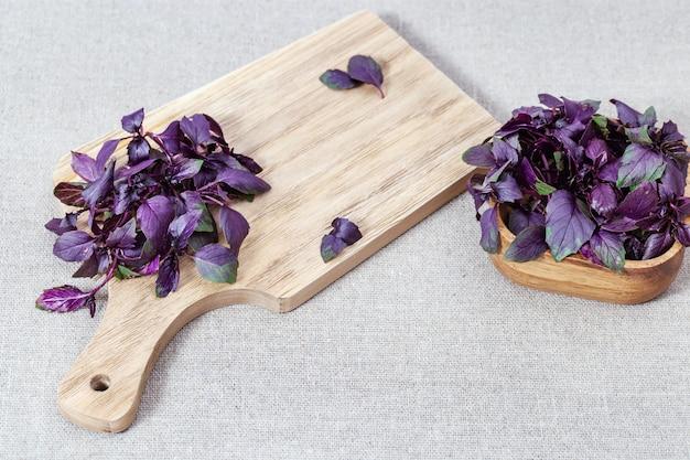 Tło żywności z pikantną roślinną bazylią fioletowy na stole.