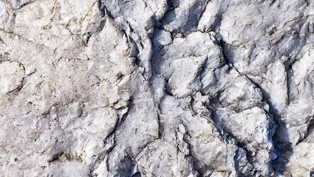 Tłoczona powierzchnia z teksturowanym kamiennym tłem. teksturowana powierzchnia naturalnej skały. faktura
