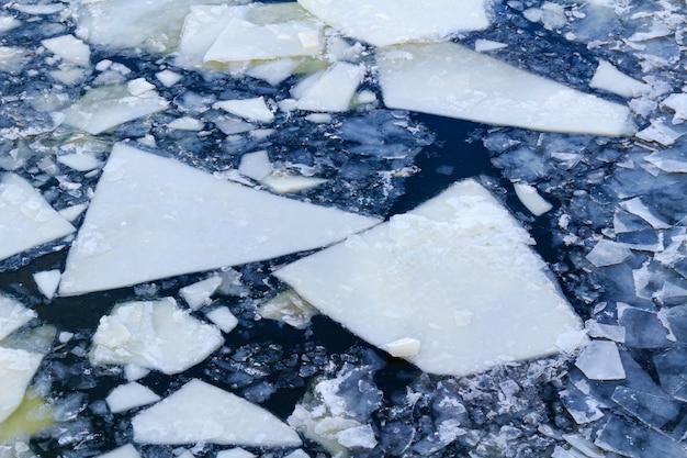 Tłuczony lód na powierzchni rzeki zimą. tekstura kry lodu