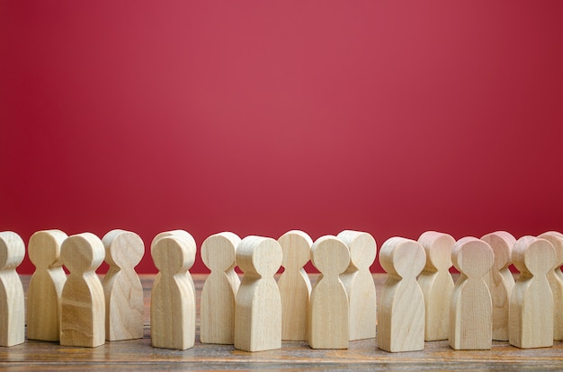 Tłum drewnianych postaci ludzi. społeczeństwo, demografia. klienci i kupujący