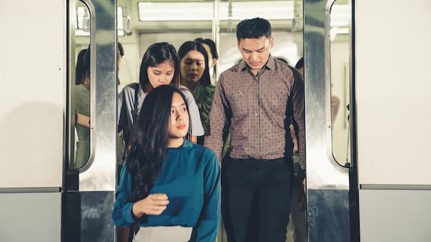Tłum ludzi w ruchliwej, zatłoczonej podróży pociągiem publicznym metra. koncepcja dojazdów do pracy i miejskiego stylu życia.