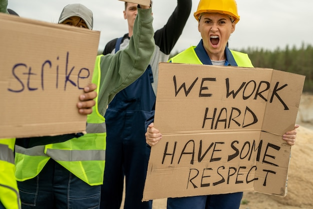 Tłum niezadowolonych budowniczych walczących o swoje prawa podczas strajku