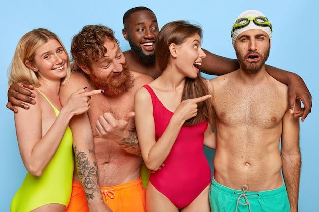 Tłum wesołych przyjaciół pozuje na plaży