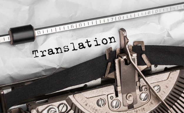 Tłumaczenie tekstu napisane na maszynie do pisania retro