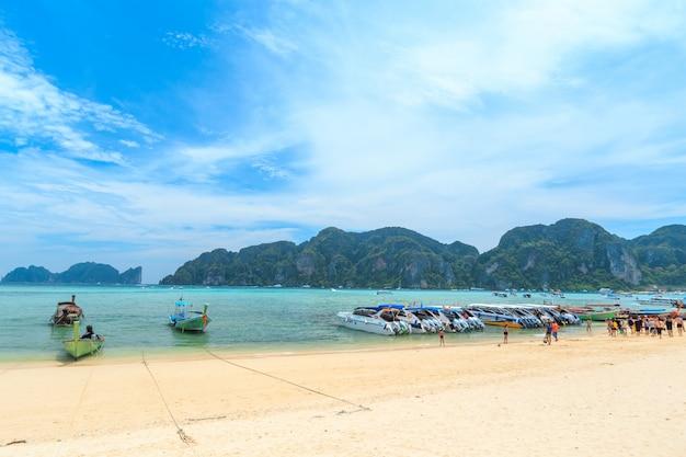 Tłumy turystów opalających się cieszą się wycieczką łodzią na wyspę kai, jedną z najpiękniejszych plaż w pobliżu tajskiej wyspy phi phi.