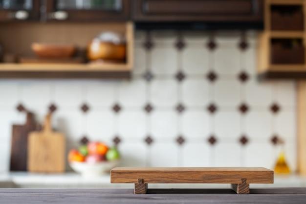 Tnąca deska na stole nad zamazaną domową kuchnią