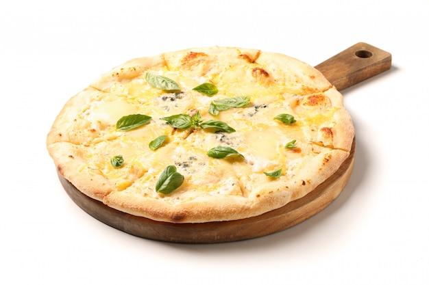 Tnąca deska z serową pizzą odizolowywającą na białym tle