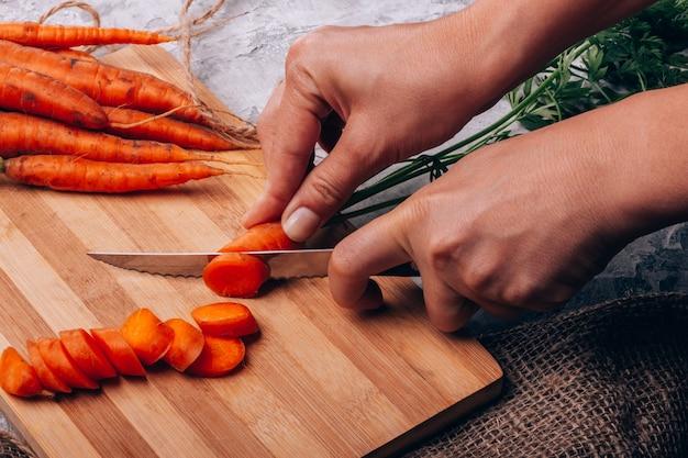 Tnące marchewki w kuchennym zbliżeniu