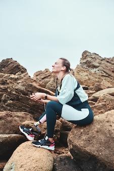 To był świetny trening szczęśliwa niepełnosprawna kobieta w stroju sportowym z siedzącą protezą nogi
