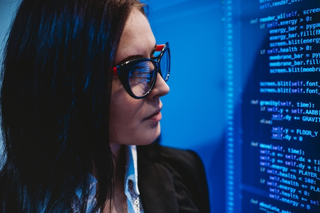 To dziewczyna patrząca na kody