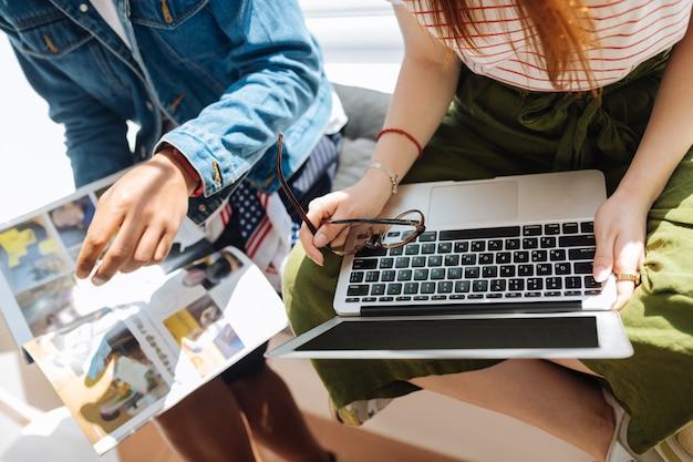 To jest tutaj. dwóch freelancerów siedzących na parapecie i rozmawiających o swojej pracy projektowej
