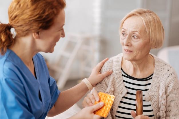 To pomoże. wykwalifikowany, wyszkolony prywatny lekarz podaje starszej pani lekarstwa, których potrzebowała codziennie, aby szybko dojść do siebie