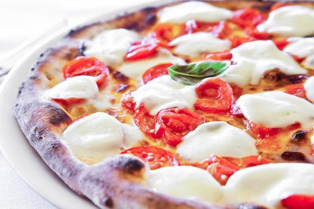 To prawdziwa włoska pizza. tradycyjna pizza margherita serwowana w restauracji capri w zatoce neapolitańskiej we włoszech.