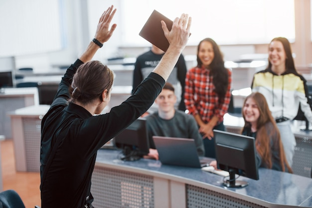 To się powiedzie. grupa młodych ludzi w ubranie pracujących w nowoczesnym biurze